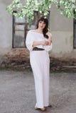 Портрет красивой женщины брюнет outdoors в белом платье Стоковое фото RF
