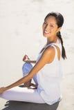 Портрет красивой женщины выполняя йогу Стоковое Фото