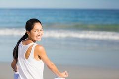 Портрет красивой женщины выполняя йогу Стоковые Фотографии RF