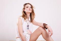 Портрет красивой женщины в белых одеждах в фото студии стоковая фотография rf
