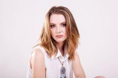 Портрет красивой женщины в белых одеждах в фото студии стоковое фото rf