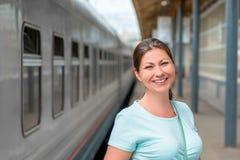 Портрет красивой женщины в вокзале Стоковые Фотографии RF