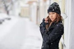 Портрет красивой женщины в зиме Стоковое Фото