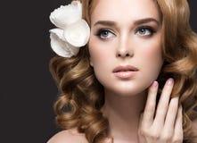 Портрет красивой женщины в изображении невесты с цветками в ее волосах Сторона красотки Стоковая Фотография