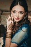 Портрет красивой женщины в индийских dres традиционного китайския Стоковая Фотография RF