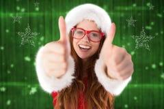 Портрет красивой женщины в костюме santa давая большие пальцы руки поднимает знак Стоковое фото RF