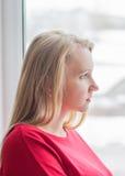Портрет красивой женщины в красном платье в окне Стоковое Фото
