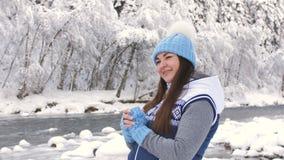 Портрет красивой женщины в лесе зимы около реки горы Женщина трет его руки и дышать теплые видеоматериал