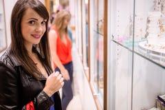 Портрет красивой женщины в магазине ювелира Стоковые Фотографии RF