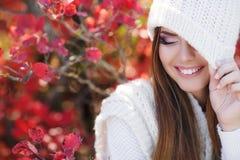 Портрет красивой женщины в парке осени стоковая фотография rf