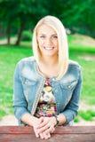 Портрет красивой женщины в парке Стоковые Фото
