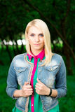 Портрет красивой женщины в парке Стоковые Фотографии RF