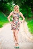 Портрет красивой женщины в парке Стоковая Фотография RF