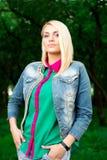 Портрет красивой женщины в парке Стоковая Фотография