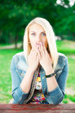 Портрет красивой женщины в парке Стоковые Изображения