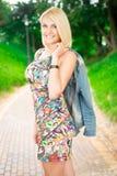 Портрет красивой женщины в парке Стоковое Изображение