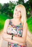 Портрет красивой женщины в парке Стоковое Изображение RF