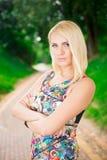 Портрет красивой женщины в парке Стоковые Изображения RF