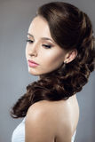 Портрет красивой женщины в платье свадьбы i Стоковое Фото
