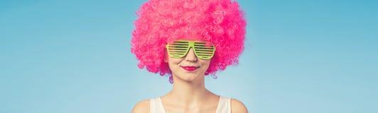 Портрет красивой женщины в розовом парике и зеленых стеклах стоковые фотографии rf