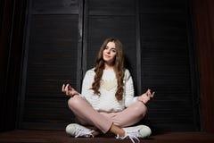 Портрет красивой женщины в розовых брюках и белом свитере Стоковые Фотографии RF