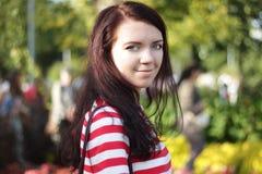 Портрет красивой женщины в солнечном саде лета Стоковые Изображения