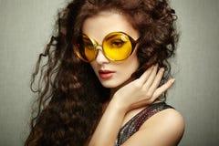 Портрет красивой женщины в солнечных очках на белой предпосылке Стоковое Изображение