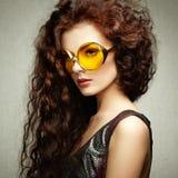Портрет красивой женщины в солнечных очках на белой предпосылке Стоковая Фотография RF