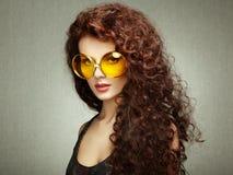 Портрет красивой женщины в солнечных очках на белой предпосылке Стоковая Фотография