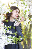 Портрет красивой женщины в цветя саде вишни Стоковое фото RF