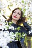 Портрет красивой женщины в цветя саде вишни Стоковые Фотографии RF