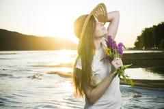 Портрет красивой женщины в шляпе на предпосылке захода солнца стоковое фото rf