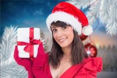 Портрет красивой женщины в шляпе santa держа подарок рождества Стоковое Изображение