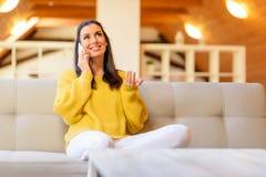 Портрет красивой женщины говоря на телефоне пока relaxin Стоковая Фотография