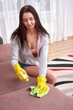 Портрет красивой женщины делает работу чистки в доме стоковое фото