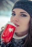 Портрет красивой женщины держа стекло шампанского с снегом внутрь Стоковое Изображение RF