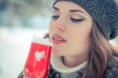 Портрет красивой женщины держа стекло шампанского с снегом внутрь Стоковые Изображения RF