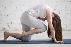 Портрет красивой женщины делая колено к скручиваемости лба Стоковое Фото