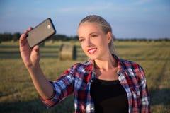 Портрет красивой женщины делая фото selfie на smartphone внутри Стоковая Фотография RF