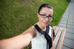 Портрет красивой женщины делая фото selfie Стоковое Изображение RF