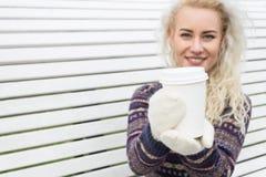 Портрет красивой женщины имея кофе Outdoors Стоковые Фото
