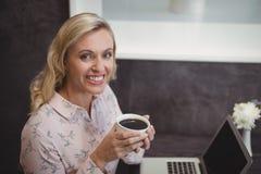 Портрет красивой женщины имея черный кофе Стоковая Фотография RF