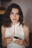 Портрет красивой женщины имея черный кофе Стоковые Фотографии RF