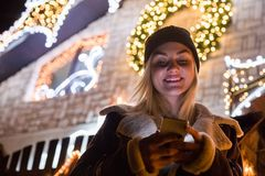 Портрет красивой женщины используя smartphone перед домом d Стоковое фото RF