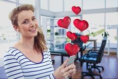 Портрет красивой женщины используя мобильный телефон с цифров произведенными сердцами стоковое изображение