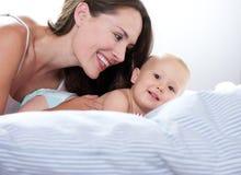 Портрет красивой женщины и прелестного усмехаться младенца Стоковое фото RF
