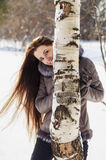 Портрет красивой женщины идя в лес зимы Стоковые Фото