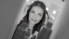 Портрет красивой женщины касаясь ее волосам стоковая фотография rf