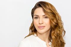 Портрет красивой женщины, конца вверх по студии на белой предпосылке Принципиальная схема внимательности кожи Стоковые Фотографии RF