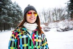 Портрет красивой женщины на горе снега зимы Стоковое Изображение RF